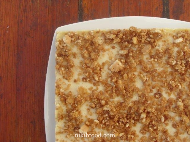 Baked cheesecake with crumbs