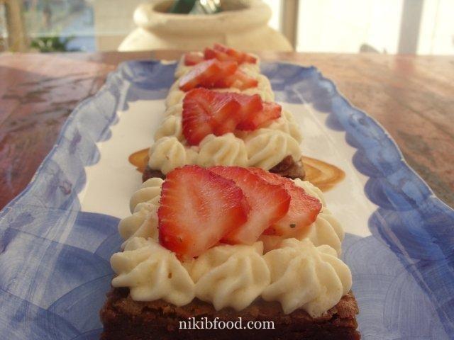 Chocolate brownies with coffee / Photo : nikib
